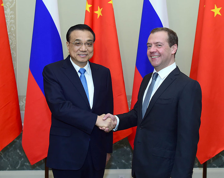 大陸國務院總理李克強(左)與俄羅斯總理梅德韋傑夫會面。(新華社)
