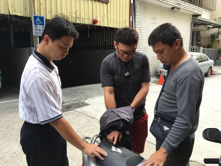 林姓男子(中)與友人賓館開毒趴後被員警查獲。圖/三民一警分局提供