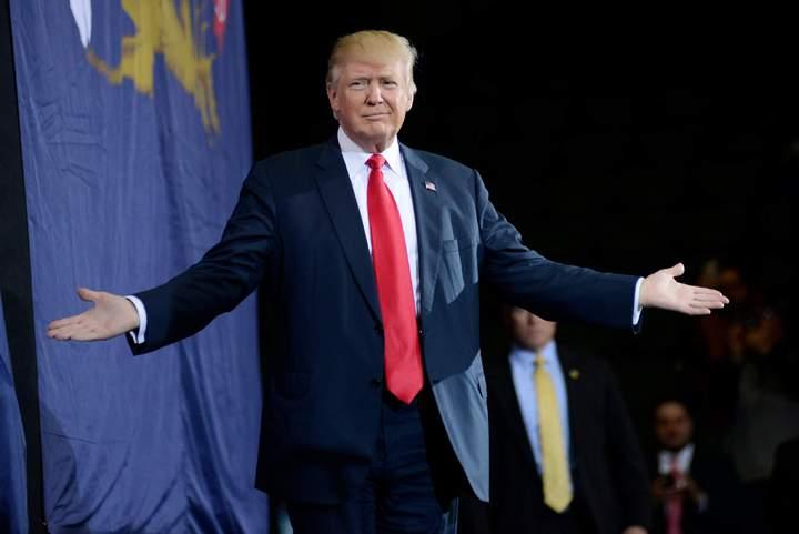 美國總統當選人川普的西裝刻意添加厚壂肩,打造強人形象,遠看猶如一只箱子。圖/美聯社