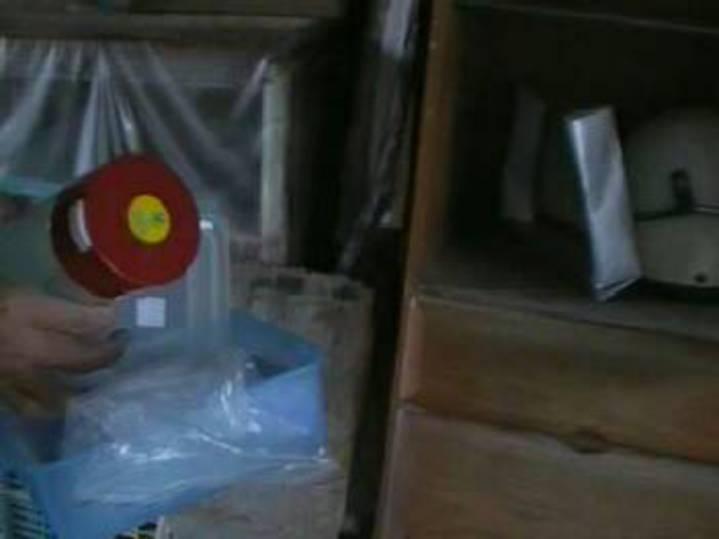 狡滑的楊嫌把毒品藏在住處外,但仍被細心的員警查獲。記者林良齊/翻攝