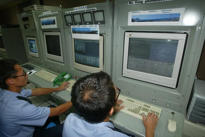 在海防兵力精簡下,前總統李登輝「海岸聯合緝私」政策指示,國防部曾於1997年耗資3億8千萬元,於東北角海岸「小香蘭」設置一套「海神雷達系統」,海巡官兵在哨站內就能監看海岸線。記者洪哲政/攝影