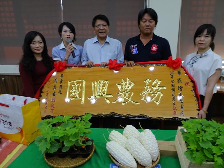 黃盛增(右二)獲得全國模範農民。記者翁禎霞/攝影