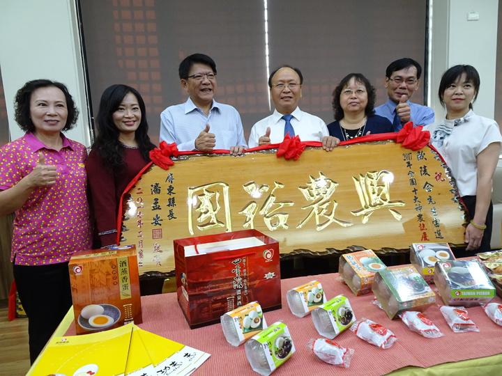 歐陵合(右四)獲選全國十大神農。記者翁禎霞/攝影