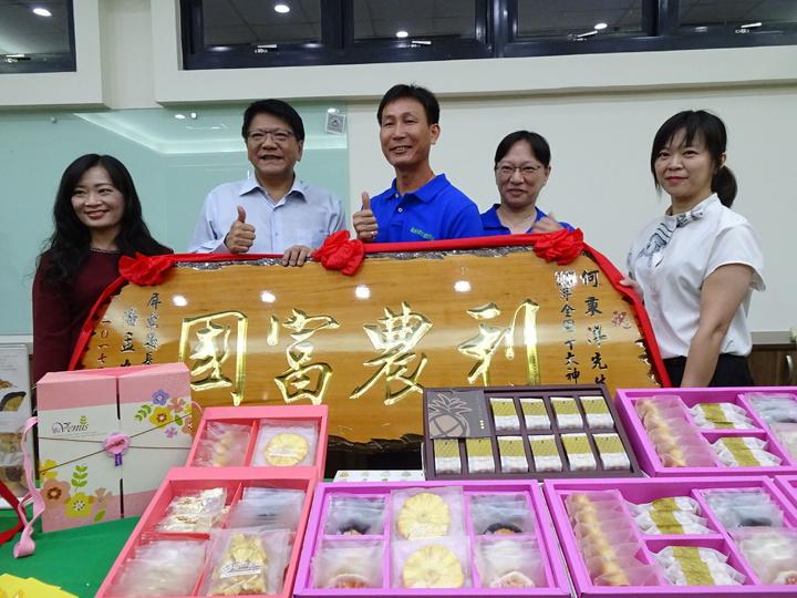 何秉洋(右三)獲獲全國十大神農。記者翁禎霞/攝影
