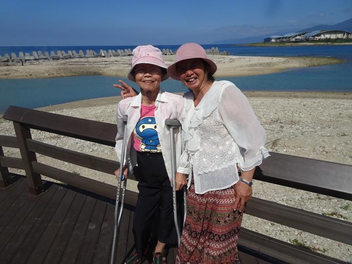 罹患小兒麻痺的退休老師袁碧惠(左)投入幫忙孤老的志工行列,感動了「蓮霧嫂」鄭麗琴,師生攜手奉獻愛心做公益。 記者潘欣中/攝影