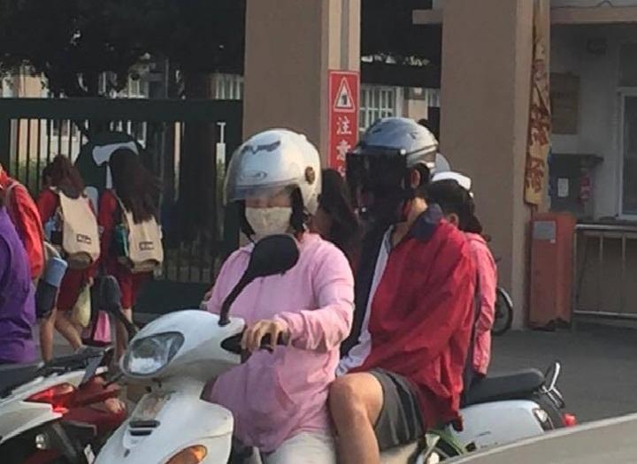 屏東空汙接警報,一大早出門送小孩上學的家長紛紛戴上口罩。記者翁禎霞/攝影