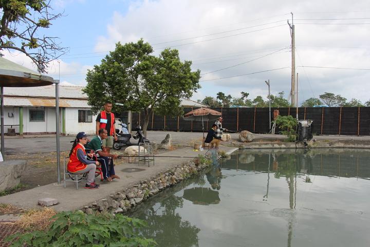 華山基金會人員帶著64歲獨老吳光明到釣魚場釣魚圓夢。記者李蕙君/攝影