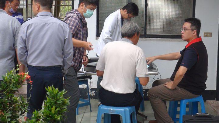 南投地檢署檢察官林俞鈞偕法醫今天下午到鹿谷相驗遺體。記者王慧瑛/攝影