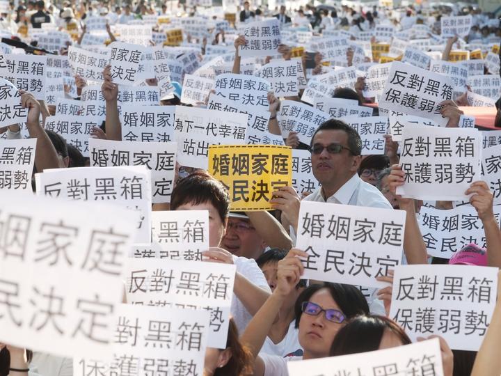 護家盟號召萬人到立法院抗議,反對婚姻平權法案。記者楊萬雲/攝影