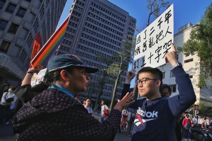 護家盟號召萬人到立法院抗議,支持同性結婚的學生也到場嗆聲。記者楊萬雲/攝影