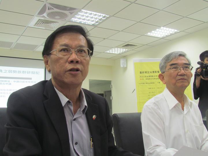 南投縣長林明溱(左)今天開記者會,說明南投縣今年調高地價稅的幅度不大。記者張家樂/攝影