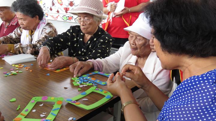 華山基金會金峰站4周年,社區老人們製作DIY相框。記者潘俊偉/攝影