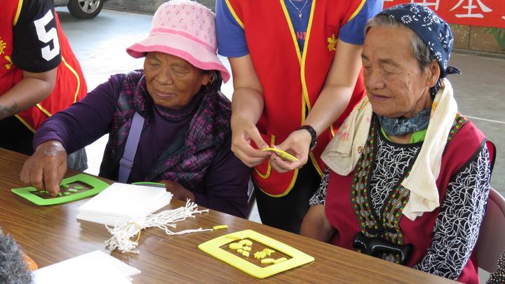 80歲獨居老人李月雲,今天動手DIY製作相框,希望將與社工的回憶保留下來。記者潘俊偉/攝影