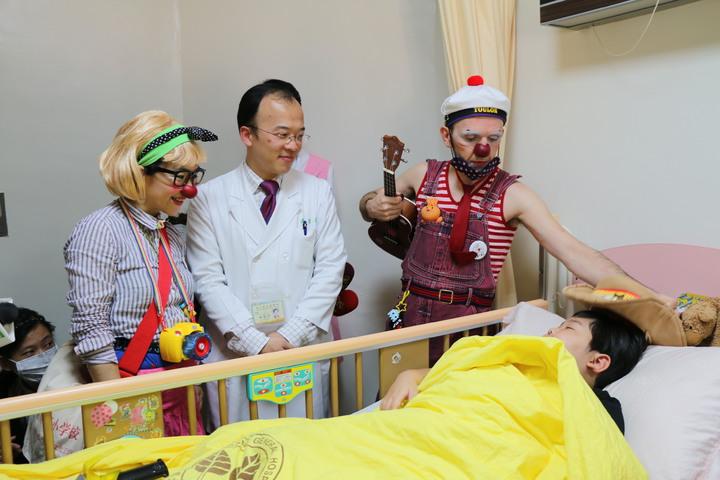 每周四紅鼻子醫生都會出現在台北榮總9樓的兒童病房及兒童加護病房。圖/北榮提供
