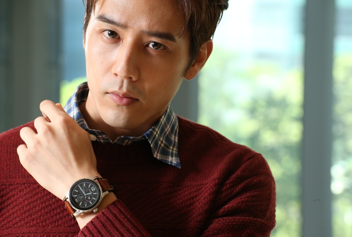 胡宇威穿Brooks Brothers酒紅色針織衫搭配格紋襯衫,配戴皮革表帶Q Marshal腕表,10,500元。記者陳立凱/攝影