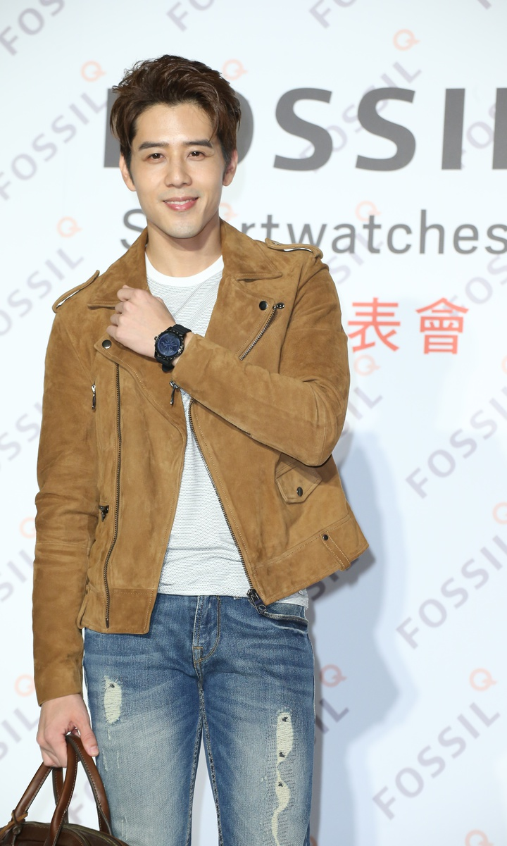 胡宇威以駝色騎士皮衣搭配黑色矽膠表帶Q Marshal腕表,10,500元。記者陳立凱/攝影