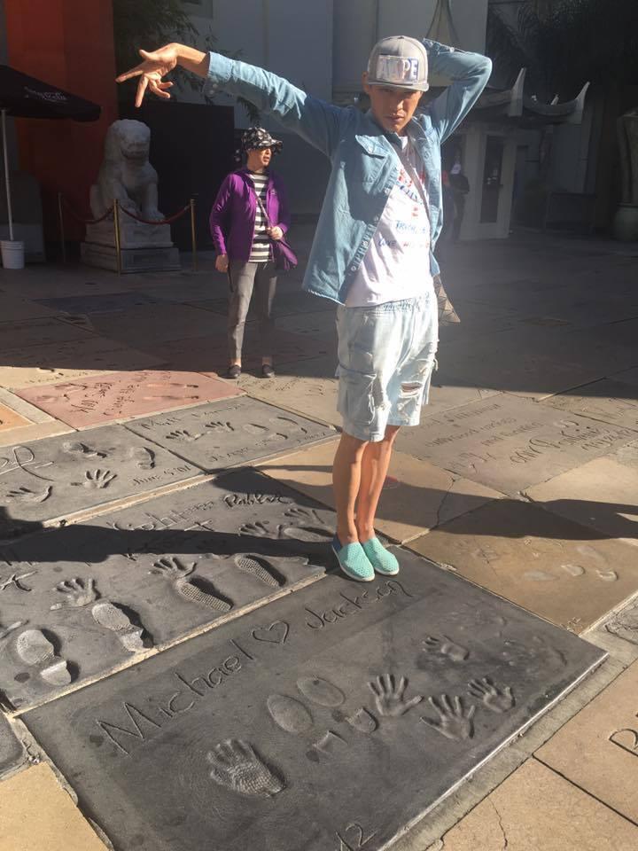 中國戲院門口跟麥可手印合照。圖/黃鐙輝提供