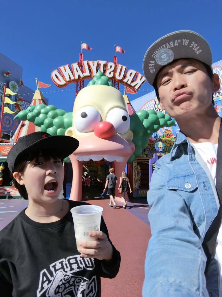 黃鐙輝(右)第一次赴美,順便跟老婆萁萁過結婚5周年,帶著她一起到環球影城玩。圖/黃鐙輝提供