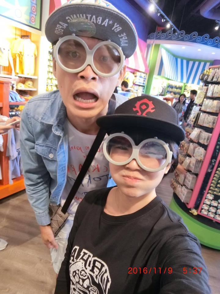 黃鐙輝和老婆萁萁逛迪士尼。圖/黃鐙輝提供