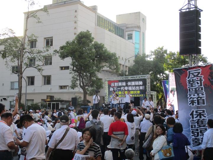 反對同性婚姻團體集結立法院外,要求召開公聽會。記者陳宛茜/攝影