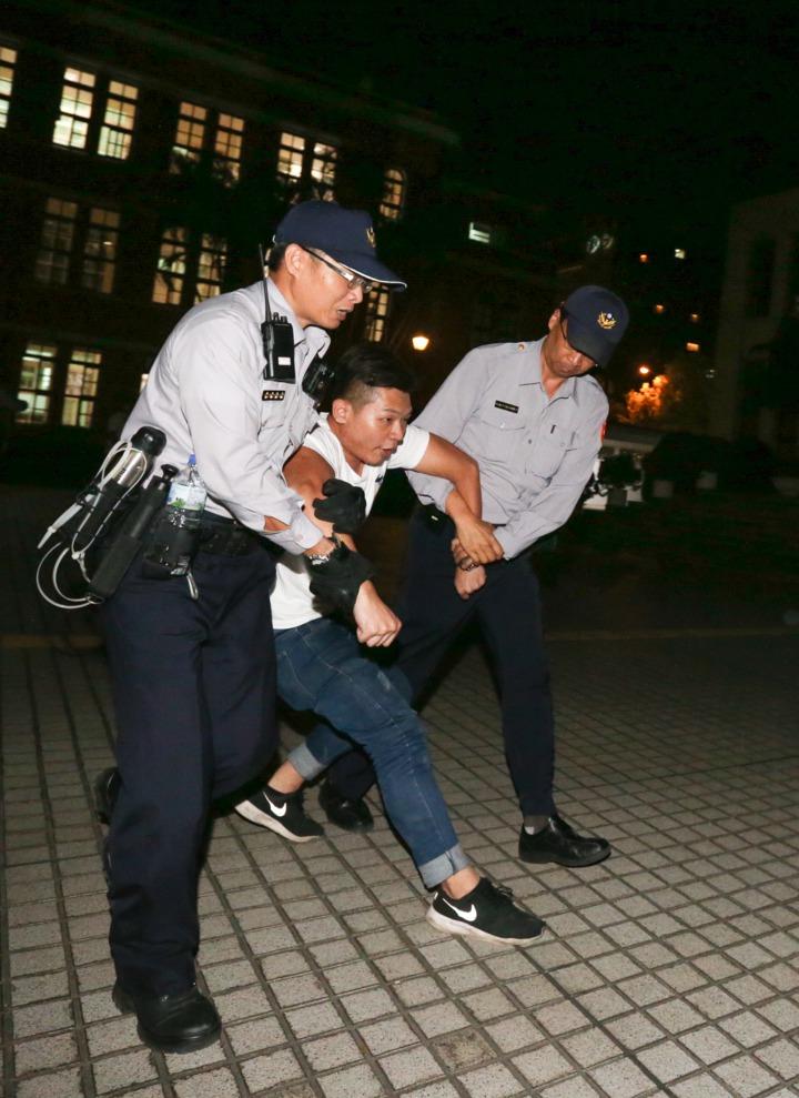 幾位反同性婚姻護家團體人士傍晚溜進立法院,大聲抗議,立刻被警方帶走。記者程宜華/攝影