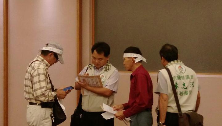宜蘭縣地價稅調漲,不少農民抱怨繳不出,議員林志鴻(左二)今天偕同農民到縣府陳情。圖/縣議員林志鴻服務處提供