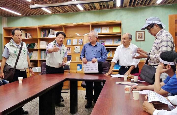 縣議員林志鴻(左二)今天偕同農民到縣府陳情,由秘書長賴錫祿(左三)收下請願書。圖/縣議員林志鴻服務處提供