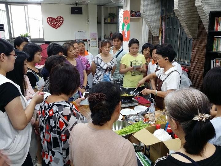 蘆洲光明里邀請專業講師免費開授烹飪素食班。記者陳珮琦/翻攝