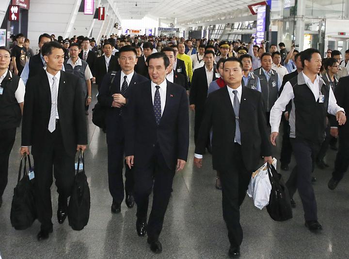 結束四天的馬來西亞訪問行程後,前總統馬英九(前排左二)中午返國。記者鄭超文/攝影