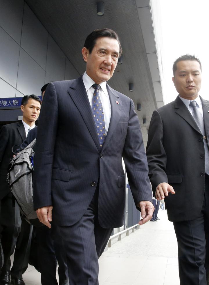 前總統馬英九(左)中午返國。記者鄭超文/攝影