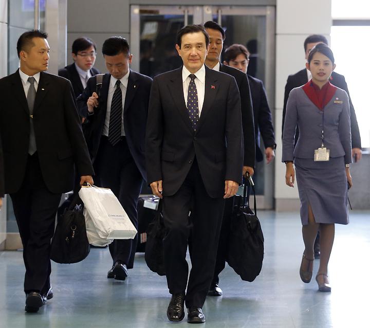 前總統馬英九(中)中午返國。記者鄭超文/攝影