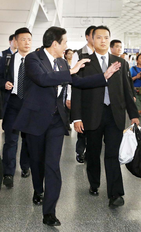 離開機場時,馬英九開心地跟民眾揮手致意。記者鄭超文/攝影