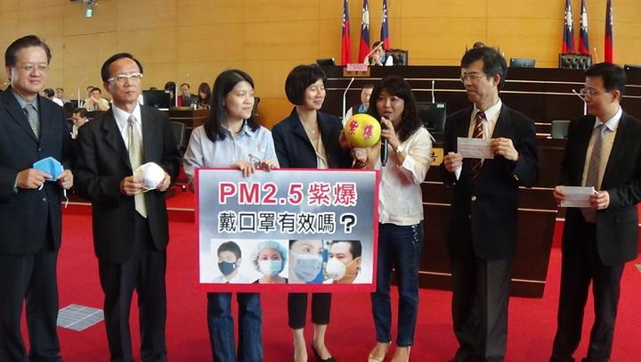 台中市議員吳瓊華(右三)蒐集坊間各類型口罩,甚至用柚子皮做出另類口罩,要求副市長林依瑩和局處長試戴何者有效。記者張明慧/攝影