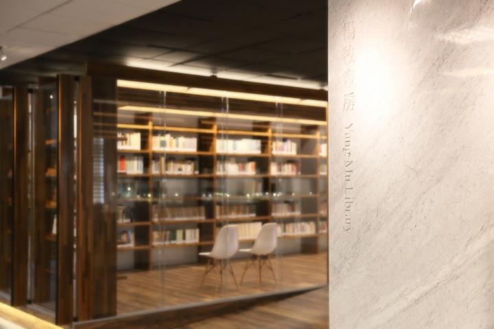 童子賢與和碩聯合設計團隊PEGACASA經過2年設計規畫,楊牧書房今年11月18日在東華圖資中心正式開幕。照片/和碩提供。
