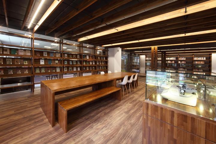 書房收藏楊牧歷年來的藏書及文采,團隊並以書經緯了空間,同時保留了書架的通透與閱讀實用性,兼容以納。照片/和碩提供。