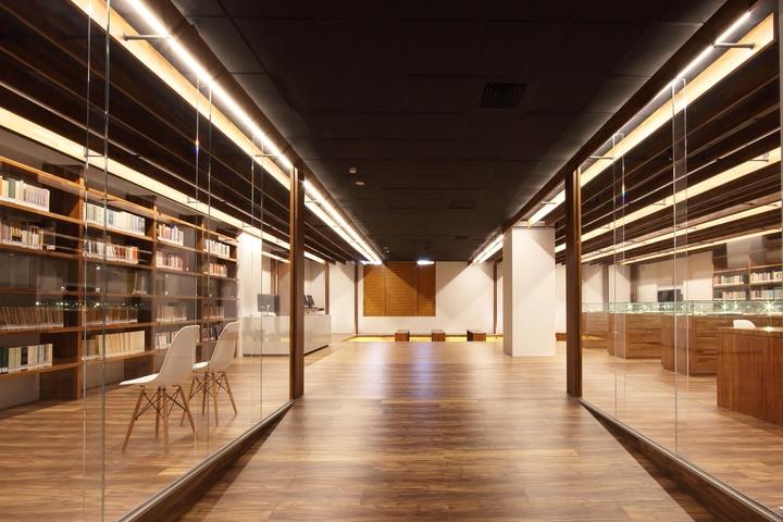 書區展示逐日捐獻的個人藏書與現行出版之楊牧著作,並規畫閱讀區供現場借閱與研究,崇以展讀。照片/和碩提供。