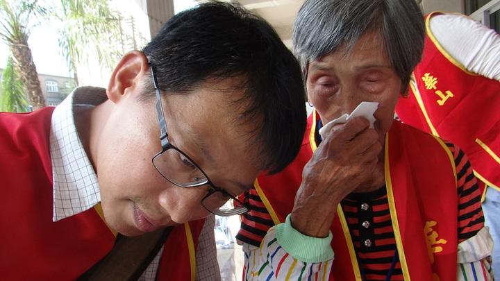 30年前譜出一段黃昏戀曲的阿嬤老淚縱橫向當志工的檢察官訴說自己追求幸福的過程,並請幫忙寫信給心愛的亡夫,轉達思念之情。記者蔡維斌/攝影