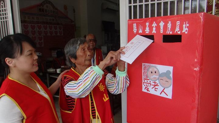 儘管心愛的老公收不到信,但阿嬤仍深情款款寄出這封思夫之信。記者蔡維斌/攝影