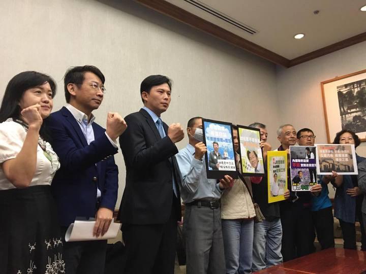 多個環保團體與時代力量立委黃國昌、徐永明今天舉行記者會,批評政府對連日空污紫爆沒有作為。記者周佑政/攝影
