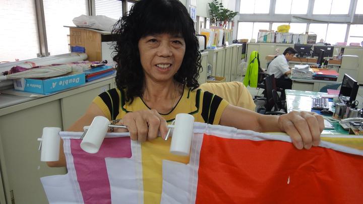潮州鎮公所清潔隊員蘇春秀每天負責更換空汙旗幟。記者蔣繼平/攝影