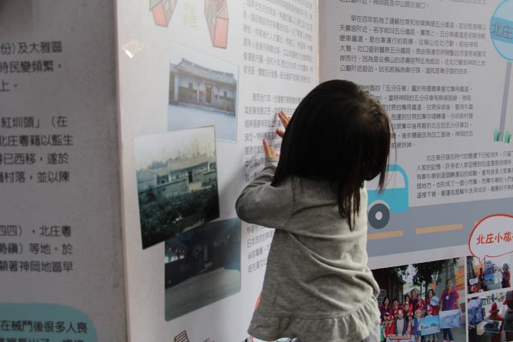 現場有許多訴說「北庄十景」故事,還有小朋友正細心觀看。記者洪上元/攝影