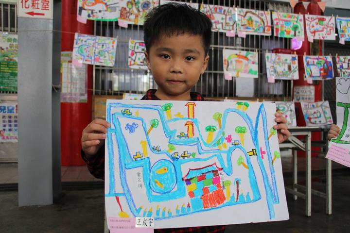 神岡幼兒園的小朋友們拿著自己繪製的「北庄地圖」。記者洪上元/攝影