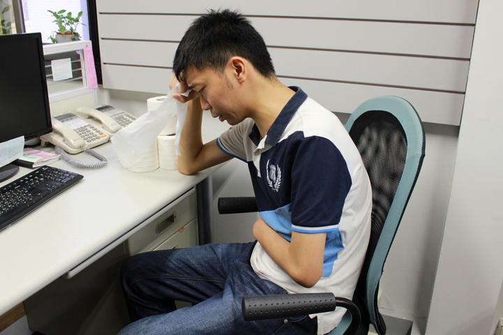 26歲王同學體型瘦高,6年前突然高燒,經常腹痛、腹瀉、血便,一天跑15趟廁所,就醫檢查才確診為「潰瘍性結腸炎」。圖/台灣消化系內視鏡醫學會提供