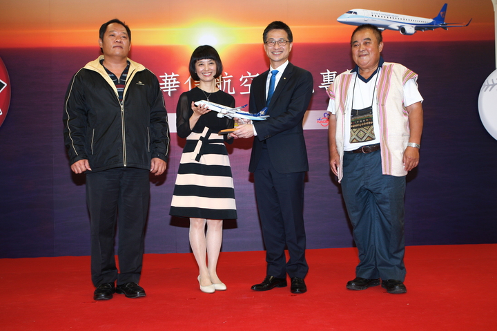 華信航空總經理韓梁中(右二)今出席曙光包機記者會。記者陳睿中/攝影