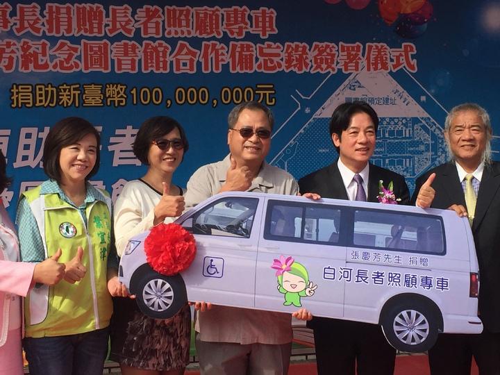 張志育(左三)還捐贈1輛長者照顧專車。記者吳政修/攝影