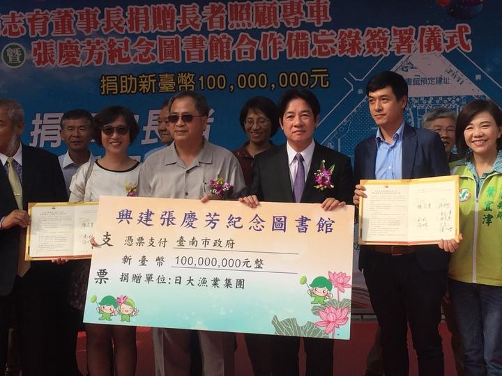 經營遠洋漁業有成的張志育(右四)捐贈1億興建以父親張慶芳為名的紀念圖書館,由台南市長賴清德(右三)接受。記者吳政修/攝影