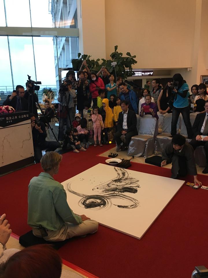日本心靈書法家寺山喜博與國際蔬食教父威爾塔托博士(背對者)面對面,現場即席揮毫。記者宋健生/攝影