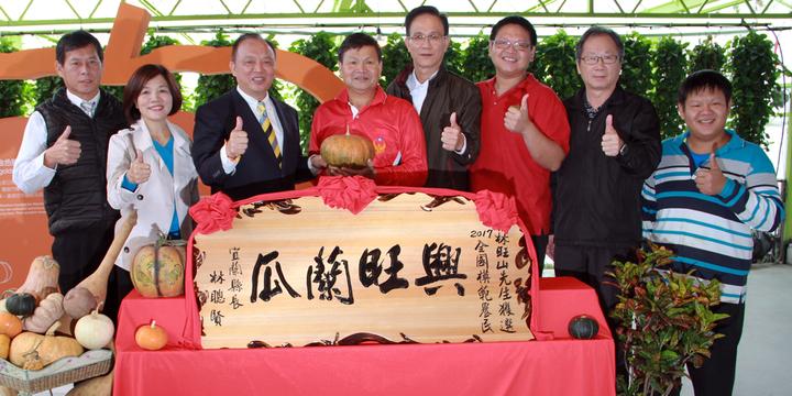 林旺山(左四)獲選為全國模範農民,宜蘭縣長林聰賢(左三)今天贈匾表揚。記者羅建旺/攝影