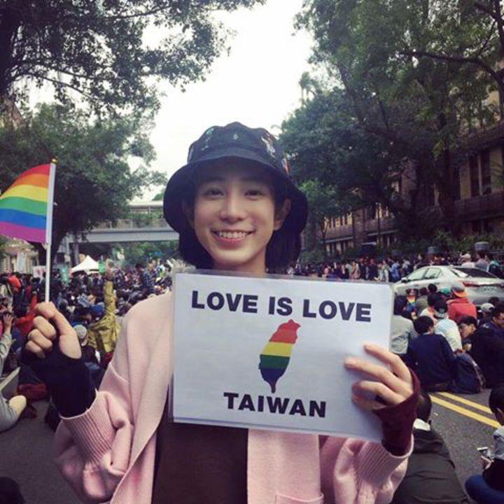 溫貞菱高舉彩虹旗。圖/摘自臉書