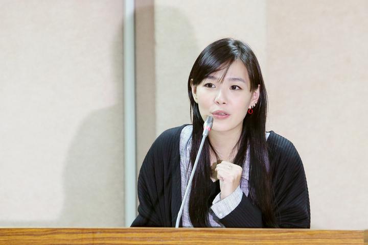 立法院「同性婚姻法制化」公聽會下午持續進行,歌手張懸到場發表看法。記者王騰毅/攝影